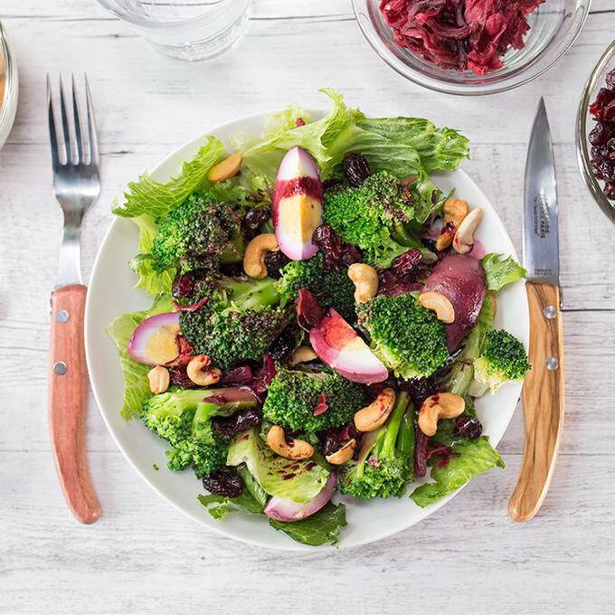 Salade de brocolis à la fleur d'hibiscus Recette proposée par La Grande Épicerie de Paris