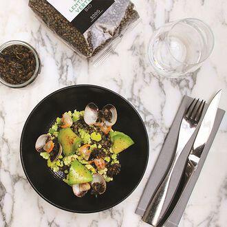 Salade de lentilles vertes, tartare d'algues, coques et avocat, , hi-res title=Salade de lentilles vertes, tartare d'algues, coques et avocat,