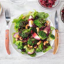 Broccoli salad with hibiscus flower Recette proposée par La Grande Épicerie de Paris