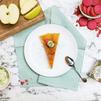 Tarte tatin aux pommes et écorces de pamplemousse confites. Chantilly au thé matcha, , hi-res title=Tarte tatin aux pommes et écorces de pamplemousse confites. Chantilly au thé matcha,